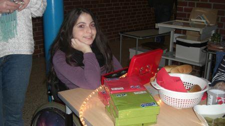 Eine Schülerin kassiert beim hot-dog Verkauf