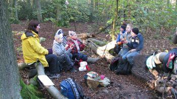 Die Gruppe sitzt in einer Runde zusammen und macht Mittagspause.