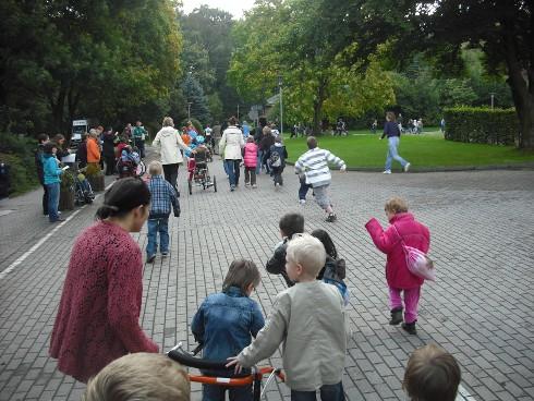 Schülerinnen und Schüler laufen für ihre Schule.