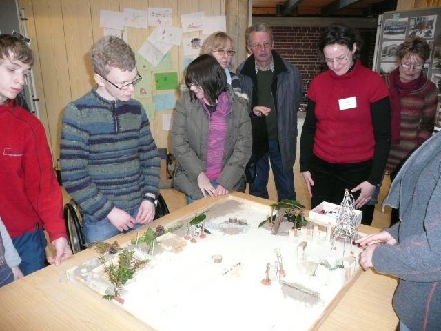 Teilnehmergruppe beim Erstellen eines Modells