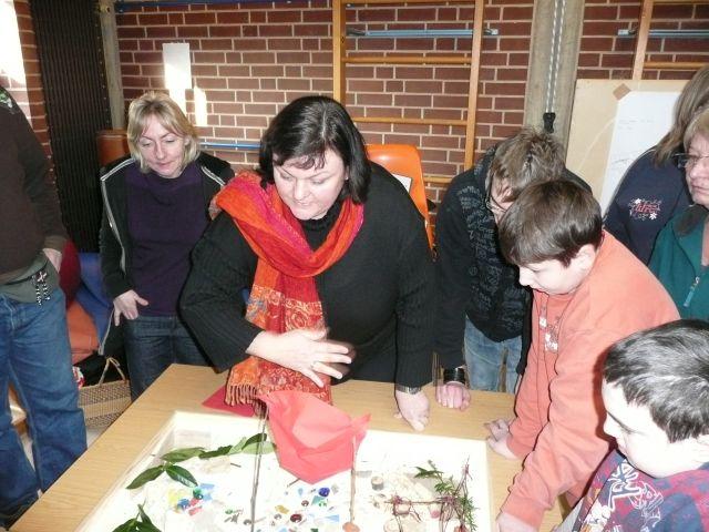 Teilnehmer beim Bauen eines Modells