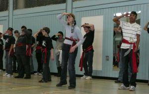 Schüler zeigen den Piratentanz