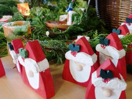 Weihnachtsmänner warten auf Käufer
