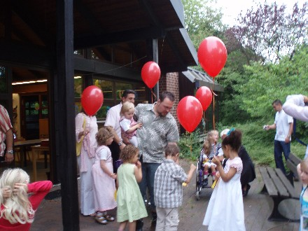 Die Luftballons mit den Träumen fliegen in den Sommerhimmel!