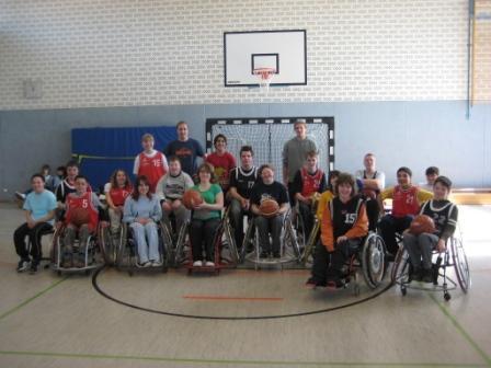 Die Schülerinnen und Schüler der SAW mit Spielern der Ahorn Panther Paderborn