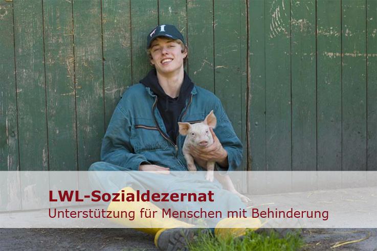 Dieses Foto zeigt Jan-Henning mit einem Schweinchen auf der Hand.