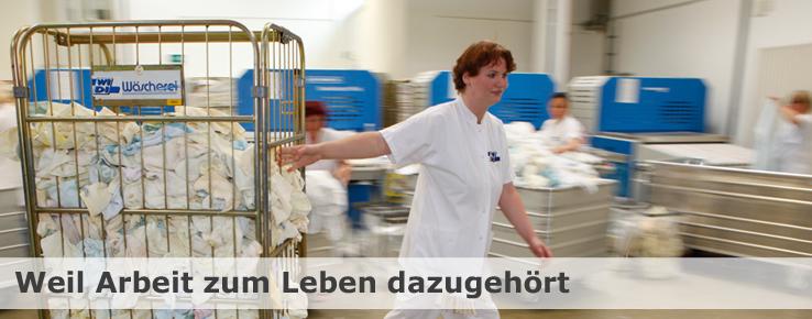 Dieses Foto zeigt Tatjana Clusmann in der Waescherei, sie hat den Sprung von der Werkstatt in den ersten Arbeitsmarkt geschafft. Tatjana Clusmann ist nur ein Beispiel für erfolgreiche Integration.
