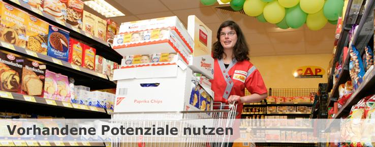 Diese Foto zeigt Anne-Kathrin im integrativen CAP-Supermarkt.