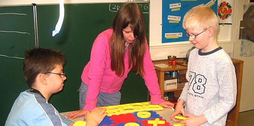 Drei Grundschüler spielen Tic Tac Toe