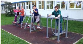 Outdoor-Spielgeräte vor dem Schulgebäude der von-Vincke-Schule