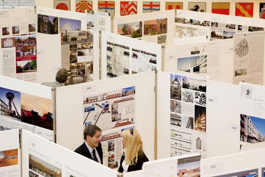 Praesentationswaende mit den Wettbewerbsbeitraegen zum Westfaelischen Preis für Baukultur im Plenarsaal des Landeshauses Westfalen-Lippe