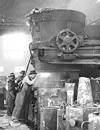 Stahlwerk: Einleitung des Gußvorganges: Kokillen unter dem Ausflusstrichter der Gießpfanne, ca. 1920 / Foto: ©LWL-Medienzentrum für Westfalen/001 Slg. Historische Landeskunde_1/01_3574
