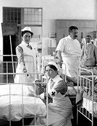 Kriegsjahr 1914: Verwundete Soldaten mit Ärzten und Krankenschwestern in einem Lazarett, Berlin 1914  / Foto: LWL-Medienzentrum für Westfalen/001 Slg. Historische Landeskunde_1/01_4792
