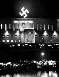 Bürgerpark Bielefeld mit Projektion eines Hitlerbildes (Ausschnitt) / Stadtarchiv und Landesgeschichtliche Bibliothek Bielefeld