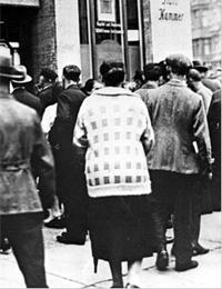 Kunden vor der Darmstädter und Nationalbank während der Bankenkrise 1931 (Ausschnit) / Münster, Westfälisches Landesmedienzentrum