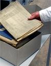 Archivar hebt eine Akte aus