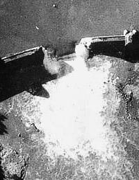 Die zerstörte Sperrmauer der Möhne-Talsperre. Britisches Aufklärungsfoto, aufgenommen am Vormittag des 17.05.1943 (Ausschnitt) / Foto: Imperial War Museum, London / Reconnaissance Group)