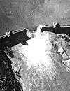 Die zerstörte Sperrmauer der Möhne-Talsperre. Britisches Aufklärungsfoto, aufgenommen am Vormittag des 17.05.1943 von einer Spitfire der 542 (Ausschnitt) / Foto: Imperial War Museum, London / Reconnaissance Group)