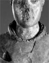 Holzstatue (Fragment) des Kölner Erzbischofs Engelbert I., ermordet 1225, in liturgischen Gewändern, mit Brustwunde (vermutlich vormals mit Schwert), aus der abgebrochenen Kirche des noch vor 1235 an der Stätte seiner Ermordung gegründeten Zisterziensernonnenklosters Gevelsberg, wo die Figur in einem Seitenschiff gestanden haben soll. / Foto: Münster, LWL-Landesmuseum für Kunst und Kulturgeschichte
