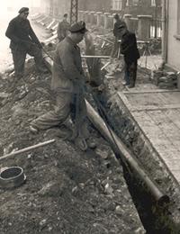 Verlegung eines Ortsgasnetzes der Westfälischen Ferngas AG (WFG AG) im Sauerland, um 1955 / Foto: Recklinghausen, Archiv der RWE Westfalen-Weser-Ems AG