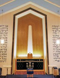 Dortmund: Synagoge im jüdischen Gemeindezentrum, erbaut 1956 nach einem Entwurf von Helmut Goldschmidt: Blick auf die heilige Lade (Toraschrein) in der Apsis, die Bima (Tora-Lesepult) im Vordergrund und auf die Frauengalerie, 2000 / Foto: Münster, LWL-Medienzentrum für Westfalen/Olaf Mahlstedt, 10_7852