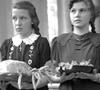 Zwei Mädchen bei der Erntedank-Andacht, 1950er Jahre (Ausschnitt) / Münster, Westfälisches Landesmedienzentrum, Ignaz Böckenhoff, 06_502