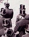 Polizei und Honoratioren bei der Einweihung des Kriegerdenkmals in Gütersloh 1896 (Ausschnitt) / Foto: Stadtarchiv Gütersloh, BB 14100