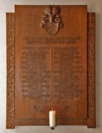 Private Gedenktafel für die im Zweiten Weltkrieg gefallenen Angehörigen des Familienverbandes Dopheide in der Pfarrkirche Isselhorst / Foto: Privat