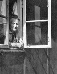 Frau in einer Nissenhütte des Altenheims im Sozialwerk Stukenbrock / Fotoarchiv: Gerd Plückelmann, Witten
