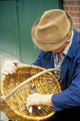 Handwerk des Korbmachers: Das Abschneiden der Weidenenden