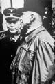 Der 'Burghauptmann von Wewelsburg', Manfred von Knobelsdorff, im Gespräch mit dem Detmolder Privatforscher Wilhelm Teudt