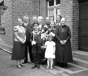 Familie Brömmel, Raesfeld, mit Erstkommunionskindern, ca. 1939 / Westfälisches Landesmedienzentrum Münster/I. Böckenhoff, 06_1005