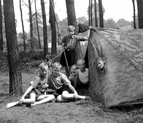 Zeltlager der katholischen Pfarrjugend Raesfeld mit Kaplan Jasper, ca. 1949 /  Westfälisches Landesmedienzentrum Münster/I. Böckenhoff, 06_367