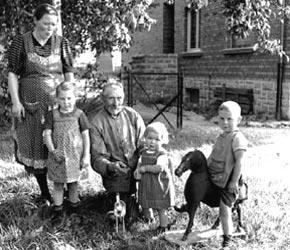 Soldaten auf Heimaturlaub: Familie Bernhard Tünte vor ihrem Haus in Raesfeld, 1939 / Westfälisches Landesmedienzentrum Münster/I. Böckenhoff, 06_1400
