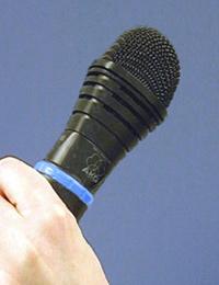 Mikrophon in einer Hand