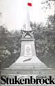 """Obelisk auf dem Friedhof der sowjetischen Kriegsgefangenen In Stukenbrock-Senne, Titel des Buches: """"Protokoll Stukenbrock"""", hg. vom Arbeitskreis Blumen für Stukenbrock, Porta Westfalica, 2. Auflage 1981"""