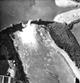 Die zerstörte Möhne-Talsperre. Britisches Aufklärungsfoto, aufgenommen am Vormittag des 17.05.1943 von einer Spitfire der 542 / RAF / London, Imperial War Museum / Reconnaissance Group