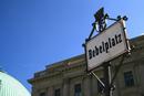Berlin, Bebelplatz: Straßenschild am Bebelplatz, dem früheren Kaiser-Franz-Josef-Platz (1911-1947), Ort der Berliner Bücherverbrennung im Mai 1933, 2008