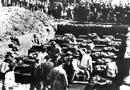 Beerdigung der Flutopfer nach der Bombardierung der Möhnetalsperre am 16.05./17.05.1943 durch alliierte Bomber in einem Massengrab / Essen, Fotarchiv Ruhrverband