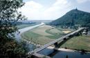 Porta Westfalica: Wesertal mit Straßenviadukt und Blick zum Kaiser-Wilhelm-Denkmal auf dem Jakobsberg, um 1959 / Münster, Westfälisches Landesmedienzentrum