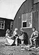 Mutter mit Kindern vor einer Nissenhütte im Sozialwerk Stukenbrock / Witten, Gerd Plückelmann