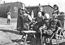 Die ersten Bewohner des Altenheims Bethesda, Sozialwerk Stukenbrock, in den provisorisch hergerichteten Baracken und Nissenhütten des früheren Internierungslagers, 1948 / Witten, Gerd Plückelmann