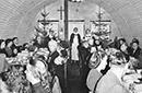 Weihnachtsgottesdienst in einer Nissenhütte des Sozialwerks Stukenbrock, 1949 / Witten, Gerd Plückelmann