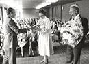 """Detmold: Ehrung einer engagierten """"Ehrenamtlichen"""". Mechthild Roth erhält eine Auszeichnung des Deutschen Paritätischen Wohlfahrtsverbandes, 1983  / Privatbesitz Mechthild Roth"""