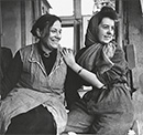 Lizzy Albrecht (links) unmittelbar nach Kriegsende mit einer Kollegin in ihrer ausgebombten Hamburger Redaktion  / Detmold, NRW-Staatsarchiv; Nachlass Schmidt-Albrecht