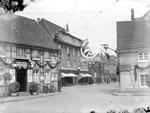 """""""Straße der SA"""" (Bahnhofstraße) in Waltrop, geschmückt anlässlich des NS-Kreistreffens 1938 / Waltrop, Stadtarchiv"""