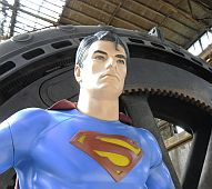 Superman vor Gebl�semaschine