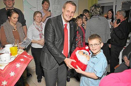 Bürgermeister Stefan Streit ist gern zu Gast in der Wohngruppe. Die Kinder freuen sich über Mitbringsel.