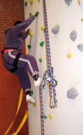 Das Bild zeigt einen Bewohner beim Klettern