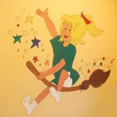 Das Bild zeigt eine kleine Hexe auf einem Besen
